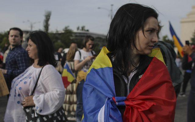 Zeci de persoane fără măști au protestat în Capitală