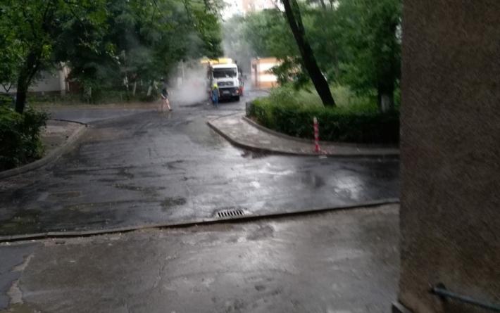 """Asfaltare """"în stil românesc"""" în Sectorul 6, pe o ploaie torențială"""