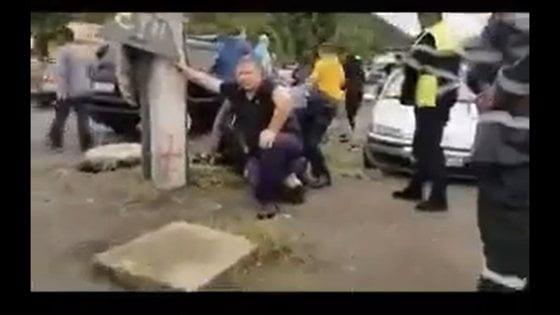 Polițist român, filmat cu genunchiul pe gâtul unui bărbat