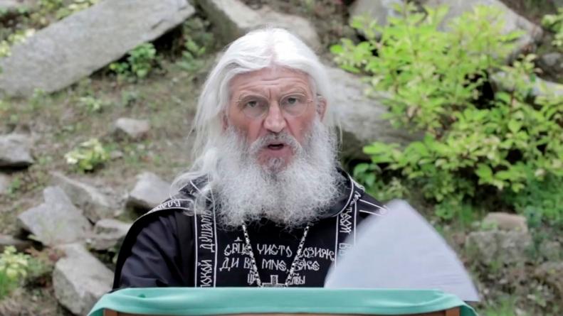 COVID-ul l-a smintit. Un preot a asediat o mănăstire cu luptători cazaci