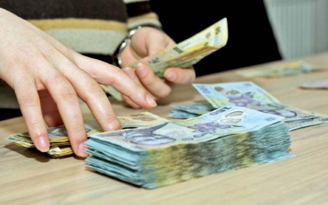 Salariile bugetarilor, mult mai mari decât ale celor din privat