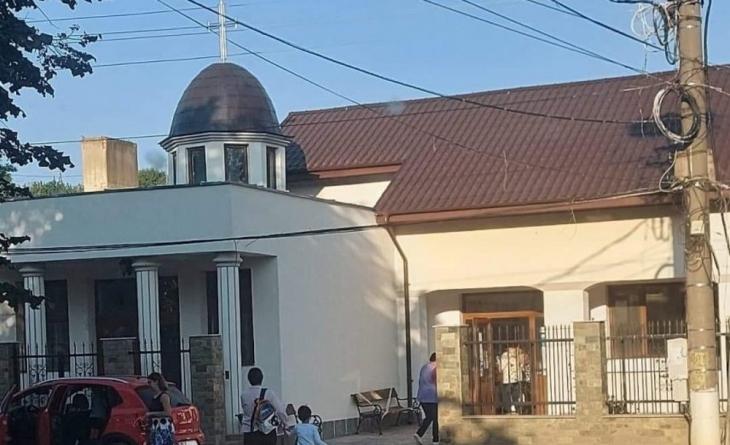 Parastasul învățământului. Copiii din Isaccea învață în capela mortuară