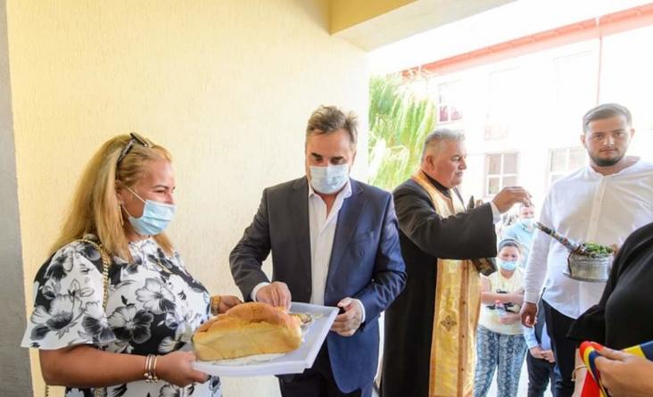 Un candidat PNL a inaugurat o şcoală nefuncţională, cu elevi aduși de acasă