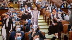 """Liderii PNL ironizați cu figurine de carton la """"Ora prim-ministrului"""""""